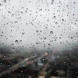 Gocce di acqua sulla finestra della camera da letto fotografia stock libera da diritti