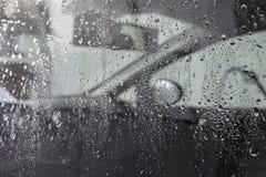 Gocce di acqua sulla finestra di automobile Immagini Stock Libere da Diritti