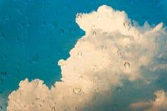 Gocce di acqua sulla finestra di vetro sopra cielo blu Fotografie Stock Libere da Diritti