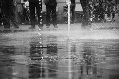 Gocce di acqua sulla terra Immagine Stock