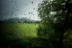 Gocce di pioggia alla finestra del treno Fotografia Stock