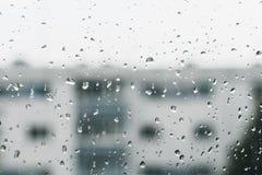 Gocce di pioggia astratte del bokeh sulla finestra immagine stock