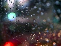Gocce di pioggia astratte di immagini sullo specchio alla notte Prenda il fuoco reale Bokeh Immagini Stock