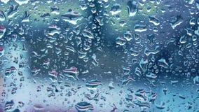 Gocce di pioggia che cadono sul vetro stock footage