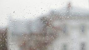 Gocce di pioggia che fanno scorrere giù video d archivio