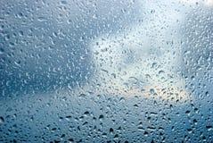 Gocce di pioggia dell'acqua su una finestra Immagini Stock
