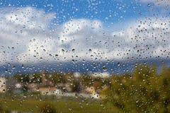 Gocce di pioggia dell'acqua sui vetri di finestra immagine stock