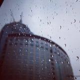 Gocce di pioggia e costruzione fotografia stock