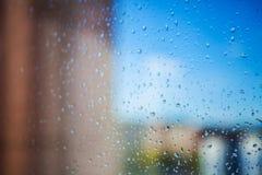 Gocce di pioggia e soleggiato nella finestra Immagine Stock