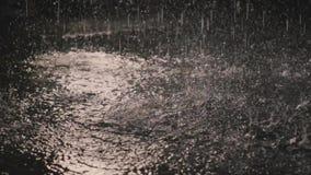 Gocce di pioggia nello scuro alla luce 2 della lanterna stock footage