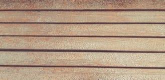 Gocce di pioggia su fondo di legno Banco bagnato immagine stock