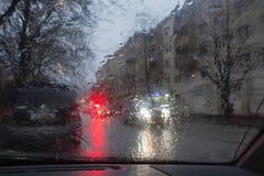 Gocce di pioggia su fondo di vetro Luci di Bokeh della via sfuocato Autumn Abstract Backdrop Fotografia Stock