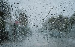 Gocce di pioggia su un parabrezza immagine stock libera da diritti