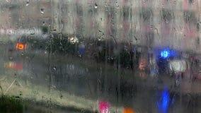 Gocce di pioggia su un vetro stock footage