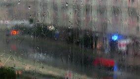 Gocce di pioggia su un vetro archivi video