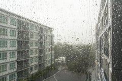 Gocce di pioggia su un vetro di finestra Fotografie Stock Libere da Diritti