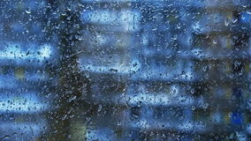 Gocce di pioggia su un vetro di finestra stock footage