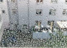 Gocce di pioggia su una finestra Immagini Stock