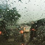 Gocce di pioggia su una finestra dell'automobile Immagini Stock