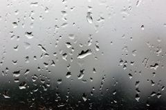 Gocce di pioggia su una finestra, tempo tempestoso Fotografia Stock