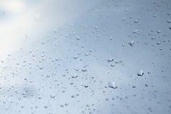 Gocce di pioggia su vetro trasparente, goccioline della pioggia immagini stock