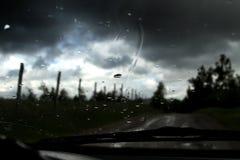 Gocce di pioggia sul parabrezza immagine stock libera da diritti