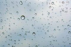 Gocce di pioggia sul parabrezza Immagine Stock