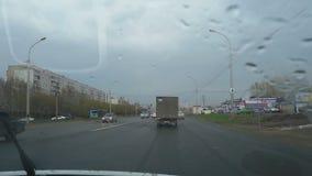 Gocce di pioggia sul parabrezza dell'automobile video d archivio