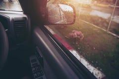 Gocce di pioggia sul retrovisore dell'automobile Pioggia persistente fuori Fotografia Stock Libera da Diritti