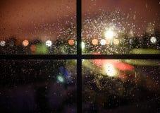Gocce di pioggia sul vetro alla notte Fotografia Stock Libera da Diritti