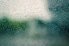 Gocce di pioggia sul vetro durante Fotografia Stock Libera da Diritti