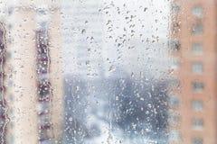 Gocce di pioggia sul vetro di finestra domestico nell'inverno fotografia stock libera da diritti
