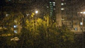 Gocce di pioggia sul vetro di finestra La vista dalla finestra immagine stock libera da diritti