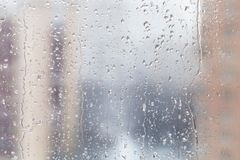 Gocce di pioggia sul vetro di finestra nel giorno di inverno fotografie stock libere da diritti