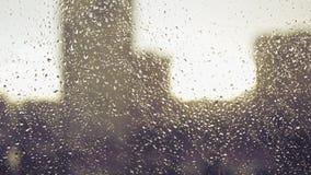 Gocce di pioggia sul vetro sui precedenti delle case nella città e nel tramonto 4k, 3840x2160 HD archivi video