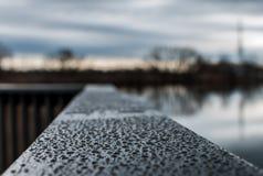 Gocce di pioggia sull'inferriata di legno Fotografie Stock
