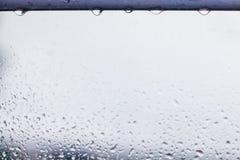 Gocce di pioggia sulla caduta superiore di volontà Fondo dell'acqua fotografia stock