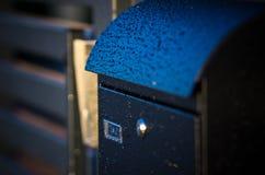 Gocce di pioggia sulla cassetta delle lettere Fotografia Stock