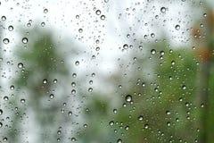Gocce di pioggia sulla finestra di automobile e sulla caduta havy della pioggia fotografia stock