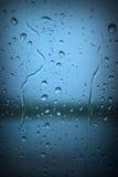 Gocce di pioggia sulla finestra blu Fotografia Stock Libera da Diritti