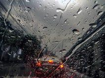 Gocce di pioggia sulla finestra dell'automobile Fotografia Stock