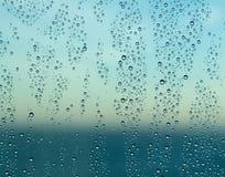 Gocce di pioggia sulla finestra di una nave in mare con l'orizzonte Immagini Stock Libere da Diritti