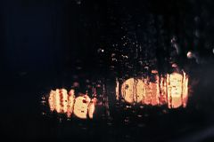 Gocce di pioggia sulla finestra fotografie stock