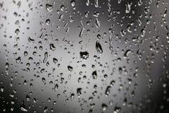 Gocce di pioggia sulla finestra fuori Fotografia Stock Libera da Diritti