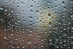 Gocce di pioggia sulla finestra, giorno piovoso Fotografie Stock
