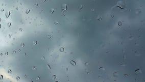 Gocce di pioggia sulla finestra stock footage