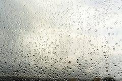 Gocce di pioggia sulla finestra Paesaggio attraverso il vetro umido immagine stock libera da diritti