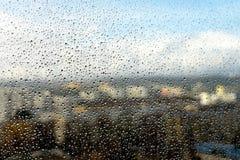 Gocce di pioggia sulla finestra Paesaggio attraverso il vetro umido fotografie stock libere da diritti