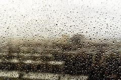 Gocce di pioggia sulla finestra Paesaggio attraverso il vetro umido fotografia stock libera da diritti