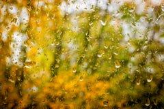 Gocce di pioggia sulla finestra sporca immagine stock libera da diritti